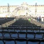 Tatort-Premiere: die noch leeren Stuhlreihen vor dem Schloss