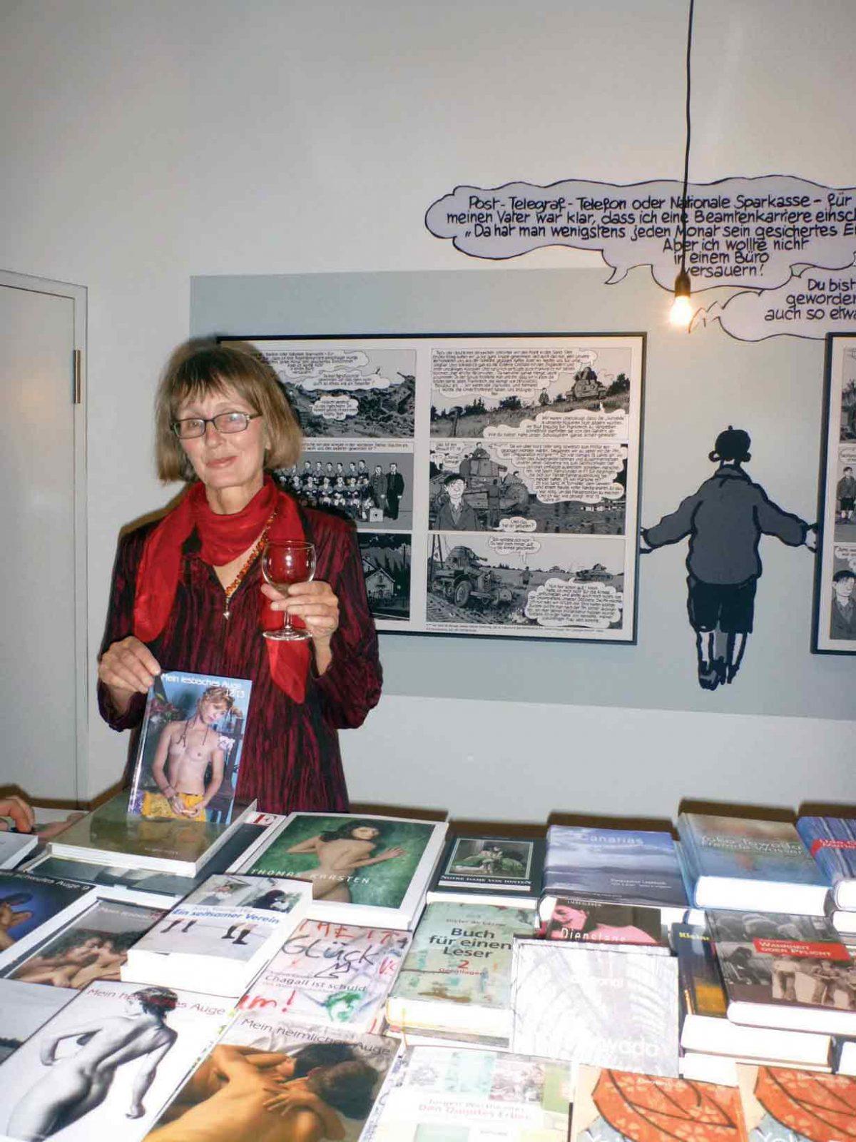 Tübinger Literatur in Stuttgart: Claudia Gehrke am Büchertisch