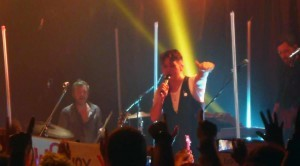 "Mark Owen singt ""I'll be watching you"" und zeigt auf Fans"