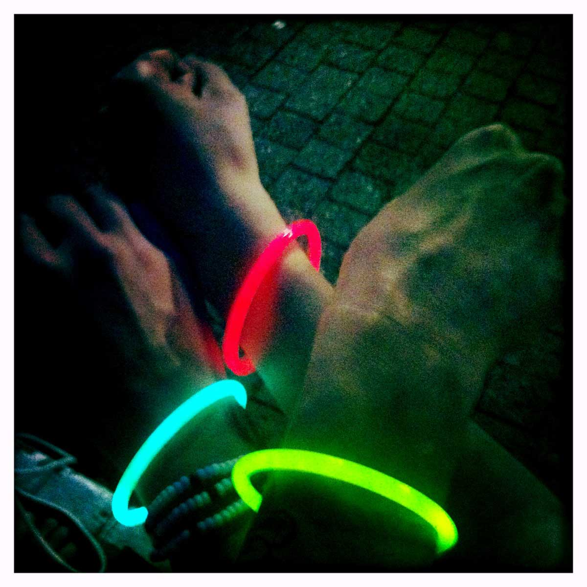 3 Hände mit Neonleuchtarmbänder auf dem CSD Stuttgart