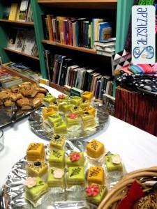 Vor dem Bücherregal am Buffet: vierreckige, bunte Törtchen für das Buch-Bistro EXTRA