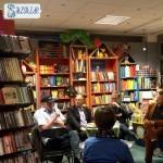 Die 3 Autoren und der Moderator diskutieren inmitten der Schiller Buchhandlung Vaihingen