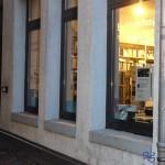 Die erleuchteten Fenster der Buchhandlung im Literaturhaus Stuttgart