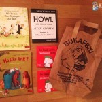 Neben der Papiertüte des Bukafski liegen 4 kleine Kinderbücher und eine Pocketausgabe von HOWL.