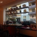 Mit Panorama-Fenster zur Neustadt: die Cafetische im Bukafski in Mainz