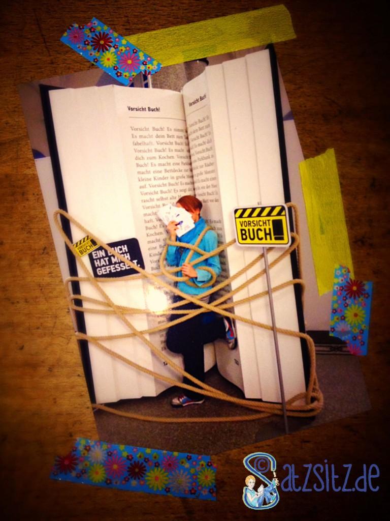 """Stuttgarter Buchwochen 2013: das A&O steht in einem übergroßen Buch und ist von einem Seil """"gefesselt"""""""