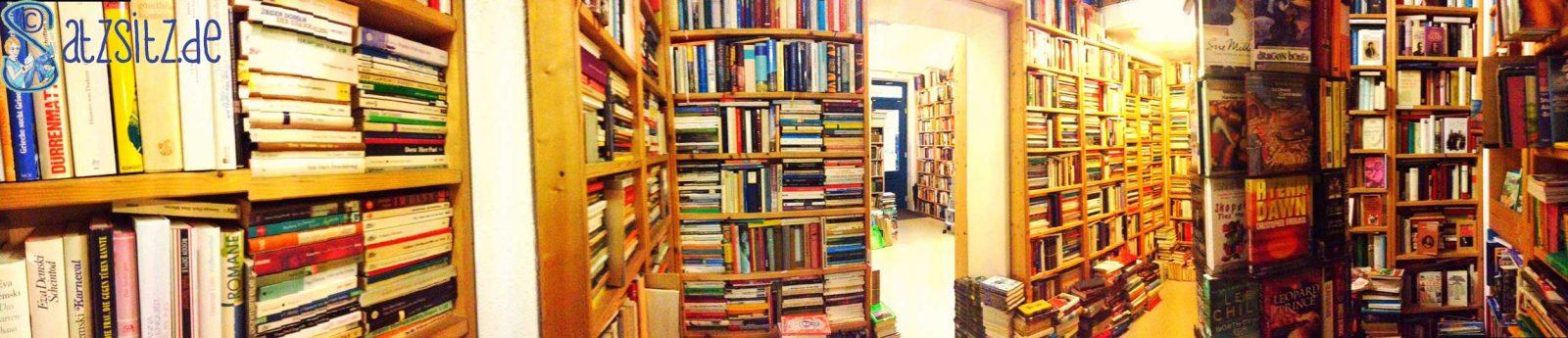 Panorama Aufnahme des Antiquariats: Regale vom Boden bis zur Decke voller Bücher