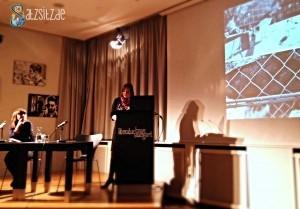 Sabine Scho am Lesepult des Stuttgarter Literatuhauses, Uljana Wolf sitztend daneben