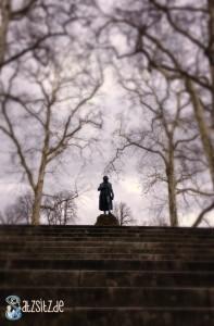 Schiller Statue vor dem Museum in Marbach: von Wolken und Bäumen idyllisch umrandet