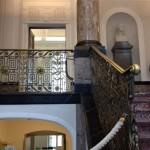 Eingang des Schillermuseums Marbach: Marmortreppenhaus, prunkvolles Geländer udn Säulen