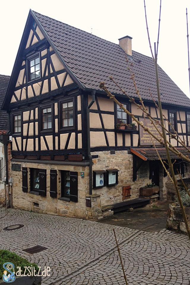 Fachwerkhaus in Marbach / Necker mit angenagelten Infoschild über Tobias Meyer
