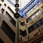 Alte Messehalle in Leipzig mit Glasdach und bunten Dekorationen an den hohen Wänden