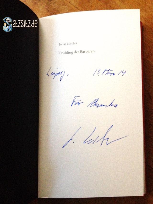 Jonas Lüscher signierte mit Füller sein Buch für das A&O auf der Leipziger Buchmesse