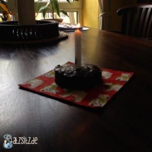Weberkuchen mit Kerze auf einer Eisbärenserviette