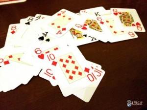 Kartenspiel liegt durcheinander auf einem Holztisch
