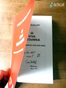"""das A&O zeigt Sven Rudloffs Widmung in sein Buch zum Podcast """"Viva Britannia"""". Dazu gemalt: eine Krone."""