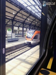 Wiesbadener Hauptbahnhof aus dem Zug fotografiert