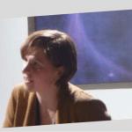 Titelbild: Autorin Judith Schalanksy spricht, das A&O dekoriert mit Schrift und farbigen Formakkzenten