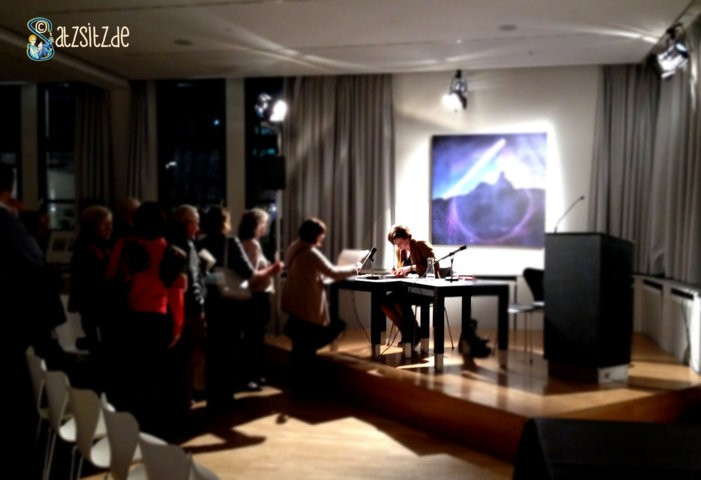 Autorin Judith Schalansky signiert auf der Lesebühne des Literaturhaus Stuttgarts. Viele Menschen stehen wartend an.