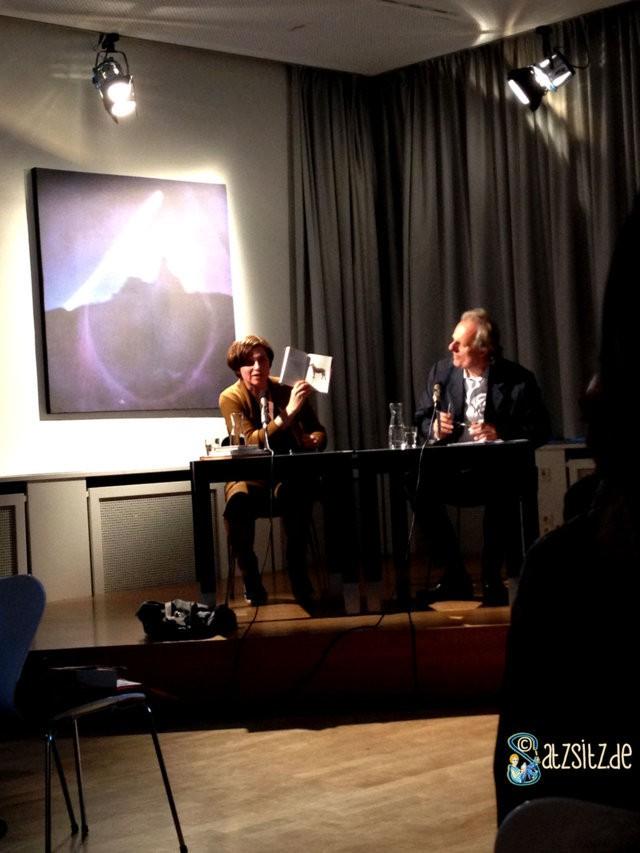 Der Zebresel im Buch von Judith Schalansky, vorgeführt von der AUtorin selbst