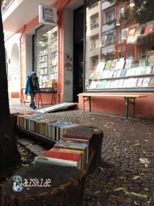 Bank aus Büchern vor dem Eingang zur Buchkönigin