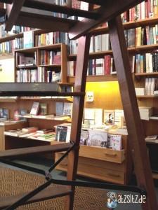 Bücherschublade in der Berliner Buchhandlung Buchkönigin, fotografiert durch eine Holzleiter
