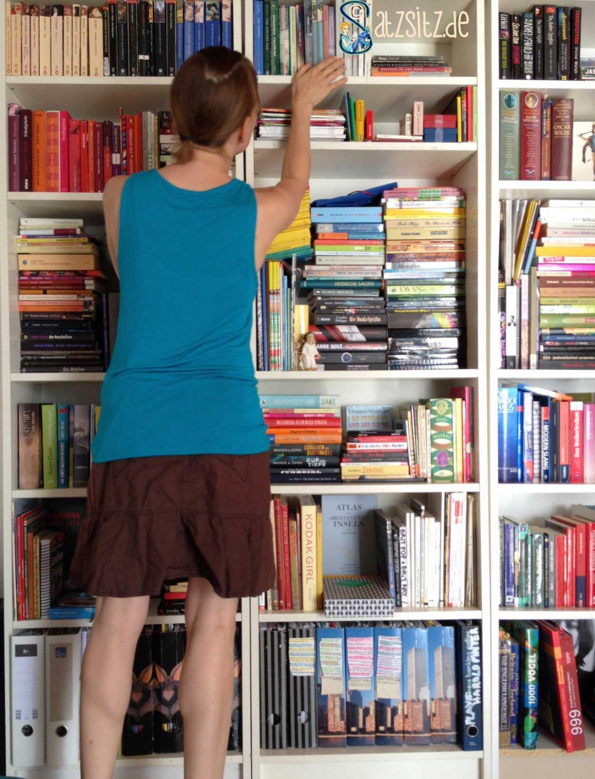 das A&= vor dem Dreier-Bücherregal