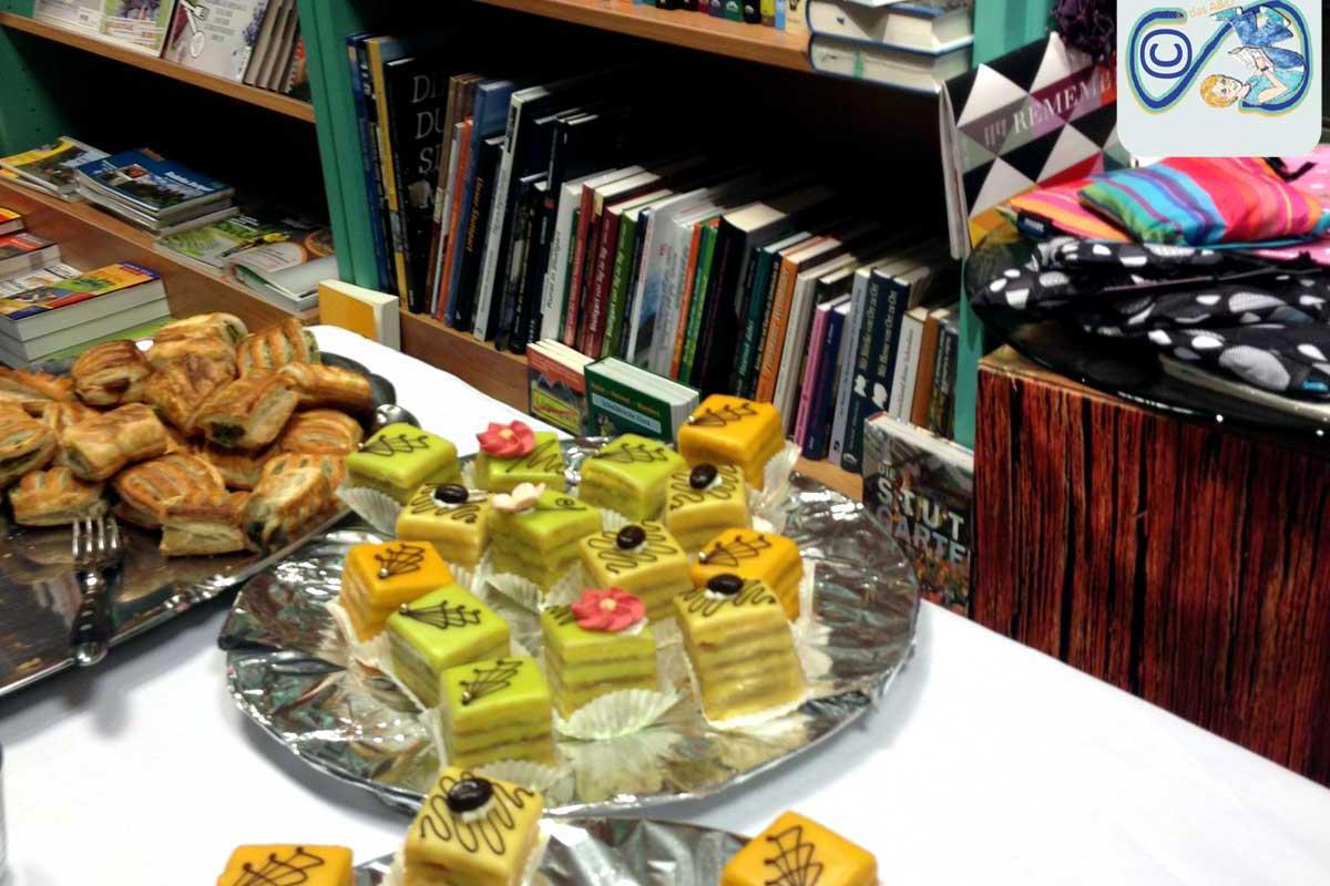 ein Tisch voller Fingerfood vor einem Bücherregal: das Buch Bistro bei Schillerbuch