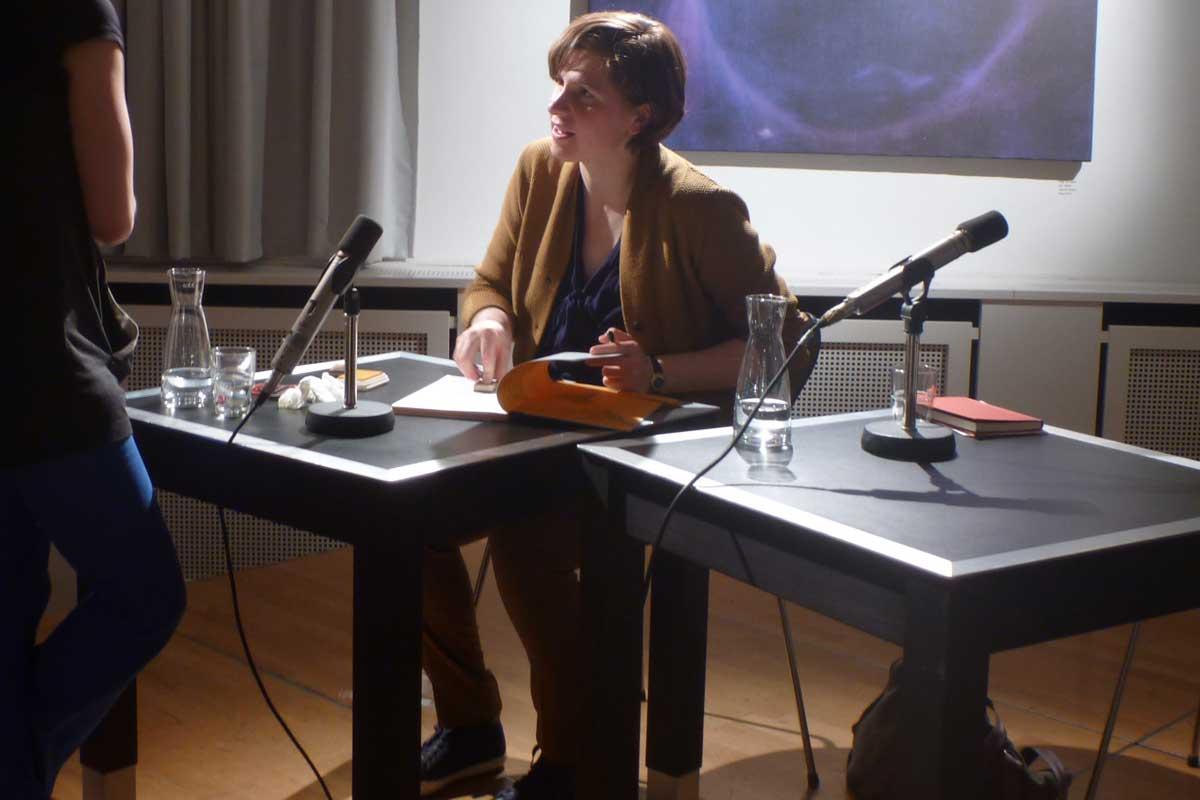 das A&O mit der Autorin Judith Schalansky: links blaue Hose, rechts blaue Schuhe