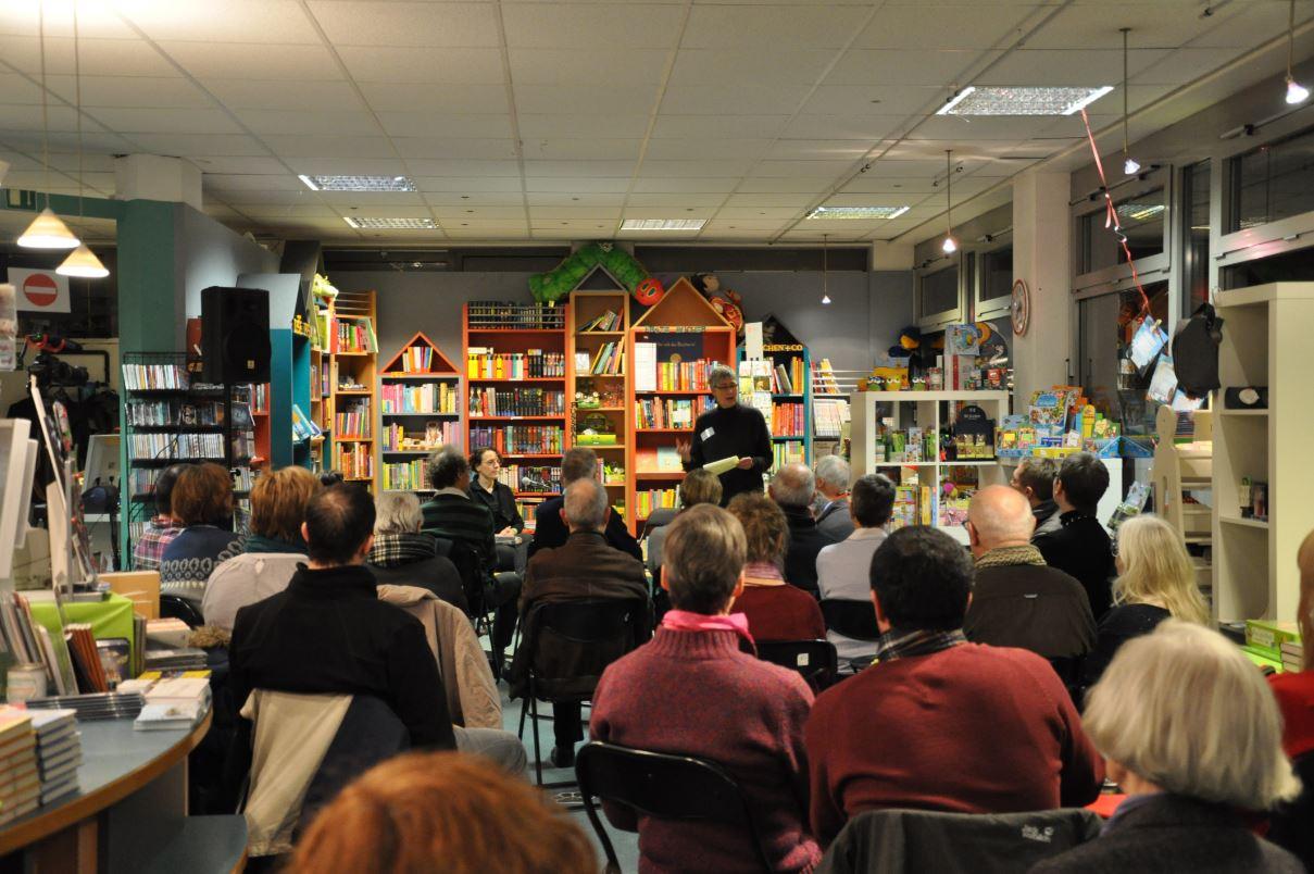 Volle Stuhlreihen in der Schiller Buchhandlung zur Lesung von Adrienne Braun in Vaihingen