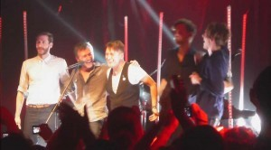 Abschiedsverbeugen von Mark OWens Band auf der Bühne