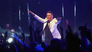 Fans halten Leuchtsterne hoch und werfen Glitzer im Gibson Club Frankfurt