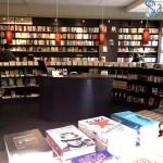 Rund durch den Raum verlaufendes Buchregal der Hamburger Buchhandlung cohen+dobernigg.