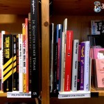 Bücherregal in Nahaufnahme: Politische Comics und Comics von Frauen
