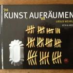 """Cover von Ursus Wehrlis """"Die Kunst aufzuräumen"""". Zeigt """"sortierte"""" Portion Pommes."""