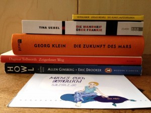 Bücherstapel auf einem Tisch: 5 Stück, mitgebracht aus Hamburg.