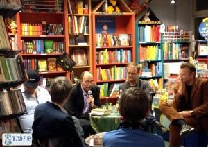 Alle Teilnehmer des Buch-Bistro EXTRA mit Buchhändlerin Susanne Martin in einer Runde.