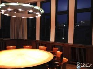 Robert-Bosch-Zimmer mit verdunkeltem Blick auf die Liederhalle