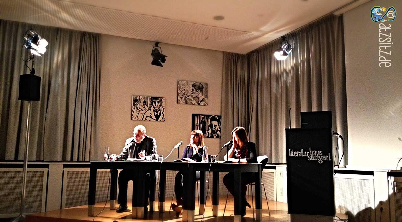 Auf der Bühne des Stuttgarter Literaurhauses. Wanddekoration: Kafka in Komiks.