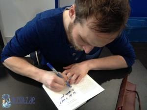 Blaues Shirt, blauer Stift, Finn-Ole Heinrich muss man einfach mögen. Signiert ein Buch für das A&O