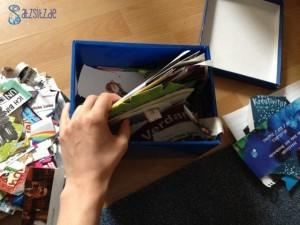 Ein blauer Karton mit unzähligen Zeitschriftenschnipsel für Collagen