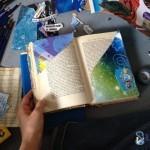 Viele Schnipsel liegen um die Doppelseite des alten Buches, das ein poesiealbum werden soll