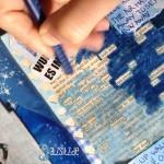 blackoutpoetry in blau: das A&O übermalt eine Buchseite in Blau. Übrig bleibt nur ein Gedicht.