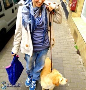 das A&O führt die süßesten Hund in Mainz Gassi. Blaue Sternchentasche, blaue Addidas, blauer Schal