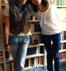 das A&O und Andrea vor ihrem Bücherregal. Man sieht nicht das ganze Gesicht der Bloggerinnen, dafür aber ein Buchcover mit Oscar Wilde