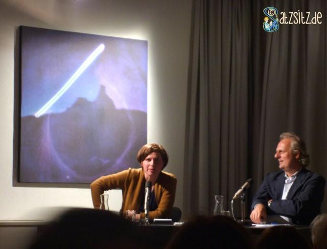 Autorin Judith Schalansky in Aussage untermauernder Pose. Im Literaturhaus Stuttgart 2014