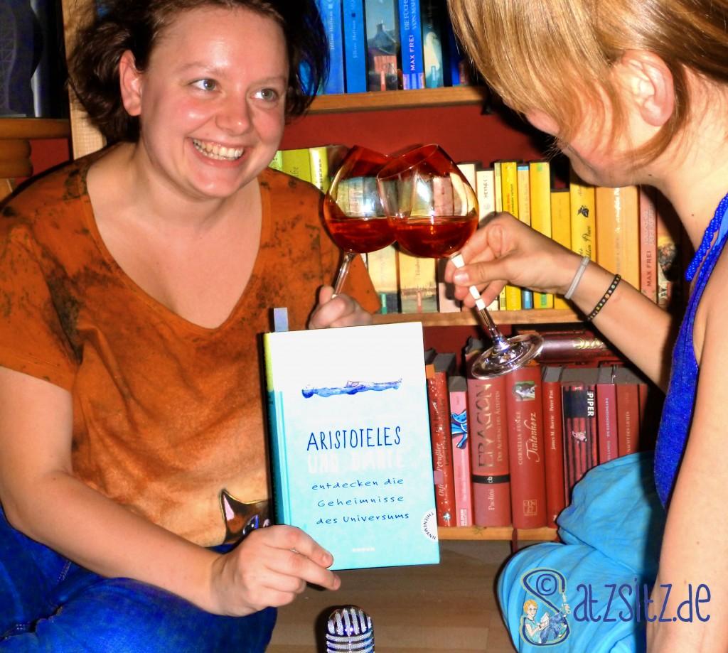 Kati und das A&O stoßen auf ihr Lieblings Jugendbuch an
