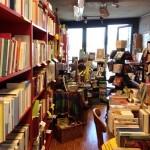 Blick zum Balkon in der Altmoeller'schen Buchhandlung. Fotografiert zwischen klassischen Büchern.