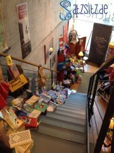 Treppe voller Bücher in die Reiseabteilung der Altmoellerschen Buchhandlung
