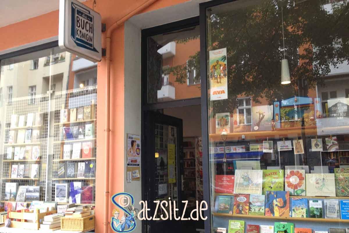 Eingang zur Berliner Buchhandlung Buchkönigin:die Tür steht einladend auf, überall bunte Bücher